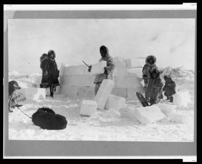 Nómadas - Inuit construyendo iglú
